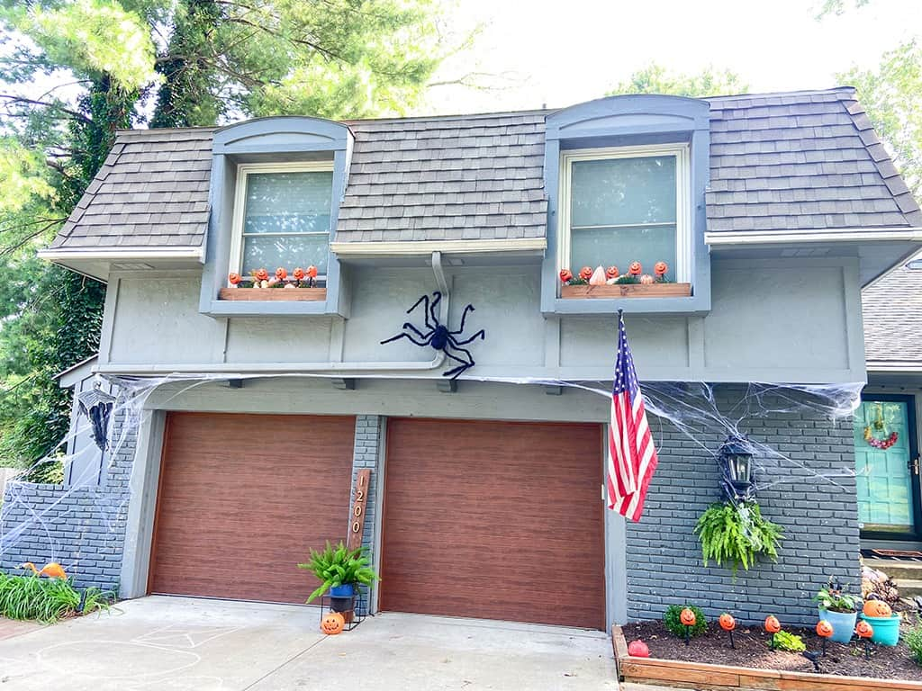 A fun & unique outdoor Halloween decoration tour – at both day and nighttime! Full of affordable festivity & spookiness!