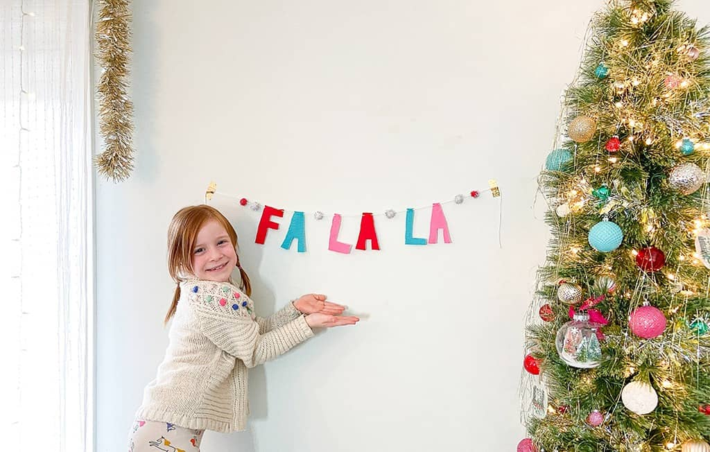 DIY felt banner tutorial: A fun and easy project that's great for kids, and is perfect for the holidays or kid's room decor.