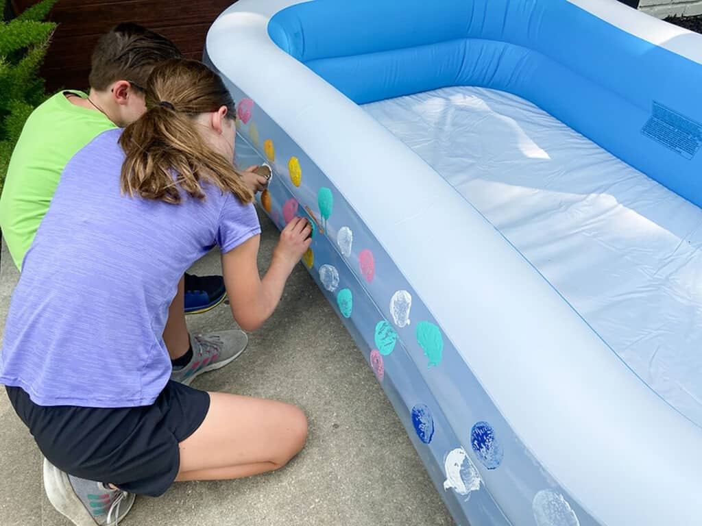 How to turn an inflatable kiddie pool into a super cute DIY lounge. Such a fun and comfortable way to upgrade kid's movie time!